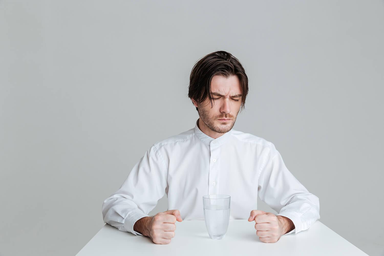 szklanka na biurku